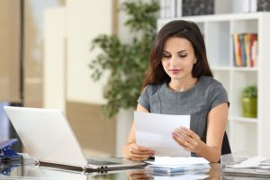 Kunden gewinnen. Frau liest Briefe 300x200 - Neukunden gewinnen - aber schnell