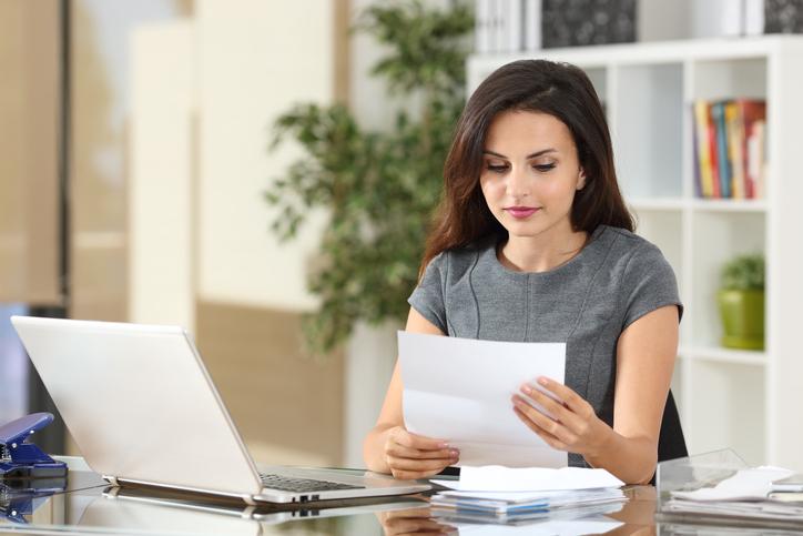 Kunden gewinnen. Frau liest Briefe - Neukunden gewinnen - aber schnell